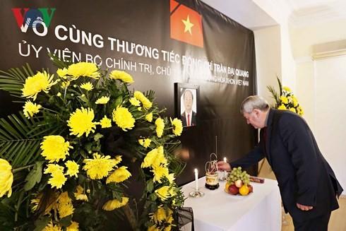 Cơ quan ngoại giao Việt Nam tại các nước tổ chức lễ viếng Chủ tịch nước Trần Đại Quang - ảnh 2
