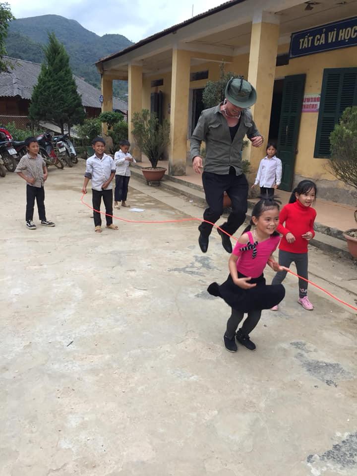 Kiều bào tại Đài Loan, Trung Quốc kết hợp tặng quà cho học sinh nghèo ở tỉnh Điện biên - ảnh 2