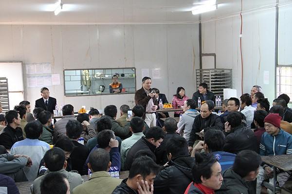 Đại sứ quán Việt Nam tại An-giê-ri thăm, chúc tết công nhân Việt Nam  - ảnh 2