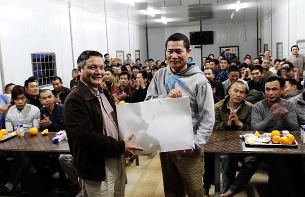 Đại sứ quán Việt Nam tại An-giê-ri thăm, chúc tết công nhân Việt Nam  - ảnh 3