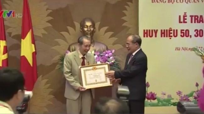 Đảng bộ Cơ quan Văn phòng Quốc hội trao tặng Huy hiệu 50 năm, 30 năm tuổi Đảng  - ảnh 1