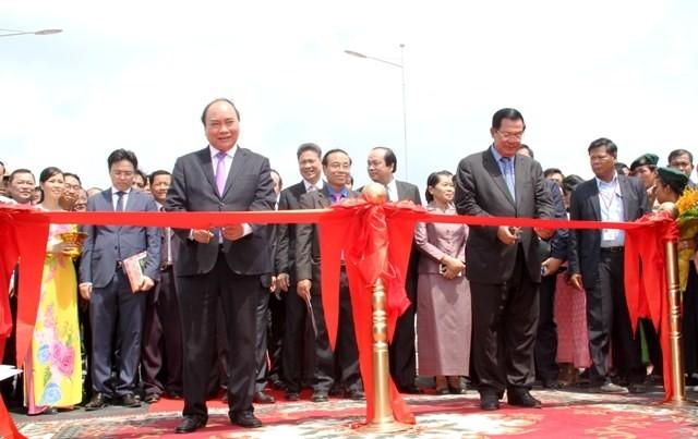 Khánh thành cầu nối tỉnh An Giang (Việt Nam) với tỉnh Kandal  (Campuchia) - ảnh 1