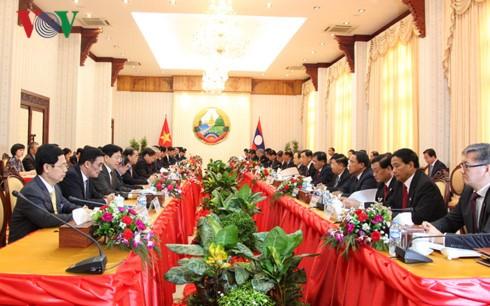 Thủ tướng Nguyễn Xuân Phúc hội đàm với Thủ tướng CHDCND Lào Thongloun Sisoulith.  - ảnh 1