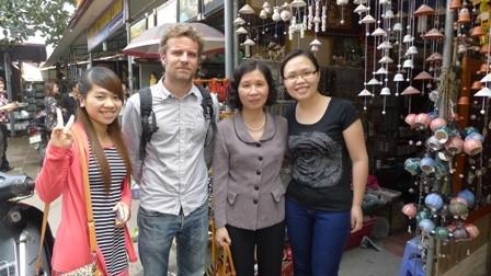 มาค้นหาหมู่บ้านเซรามิกBat Trang กับผู้สื่อข่าวชาวฝรั่งเศส - ảnh 2