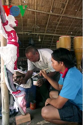 ลุงแถก กา รี นอ-ผู้อุทิศตลอดชีวิตให้แก่การอนุรักษ์ศิลปะของชนเผ่าเขมร - ảnh 1