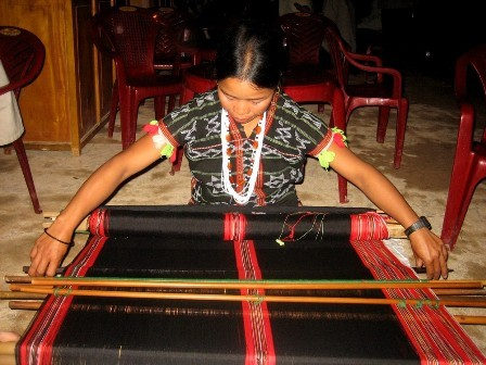 สตรีชนเผ่าที่อาศัยในเทือกเขาเจื่องเซินกับงานฝีมือทอผ้าลวดลายพื้นเมือง - ảnh 1