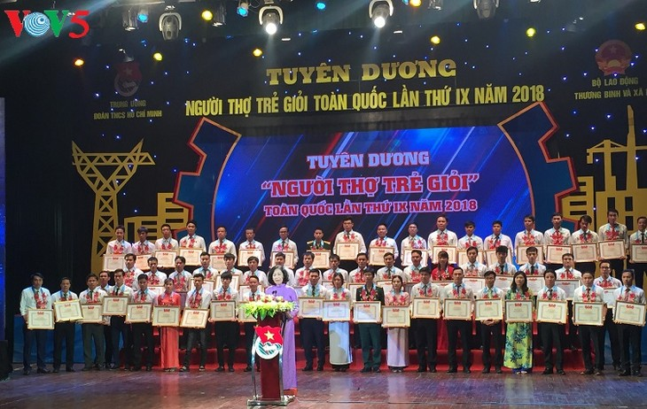 Outstanding young workers awarded - ảnh 1