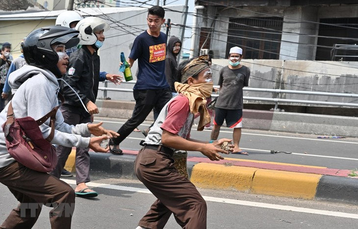 Indonesia lifts social media curbs targeting hoaxes during unrest - ảnh 1