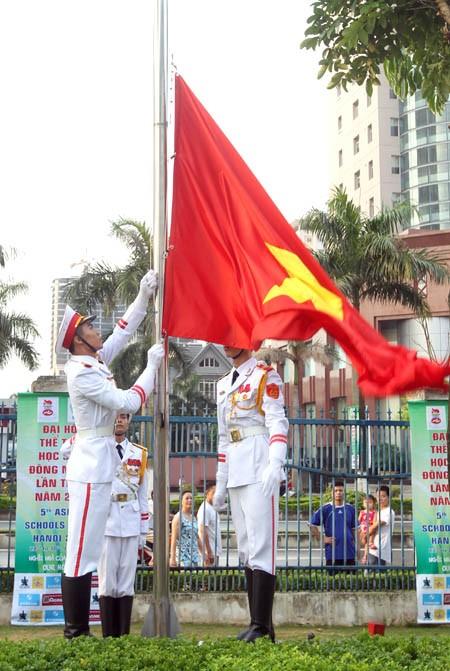 พิธีเชิญธงขึ้นสู่ยอดเสาในงานมหกรรมอาเซียนสคูลเกมส์ครั้ง๕ปี๒๐๑๓ - ảnh 1