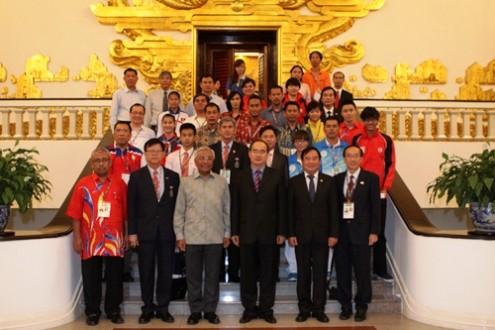 ท่านเหงวียนเถี่ยนเญินรองนายกรัฐมนตรีให้การต้อนรับหัวหน้าคณะนักกีฬานักเรียนเอเชียตะวันออกเฉียงใต้ - ảnh 1