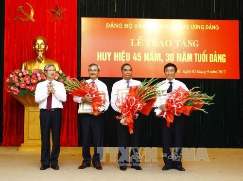Trao Huy hiệu 45 năm, 30 năm tuổi Đảng tặng đảng viên Đảng bộ Văn phòng Trung ương Đảng - ảnh 1
