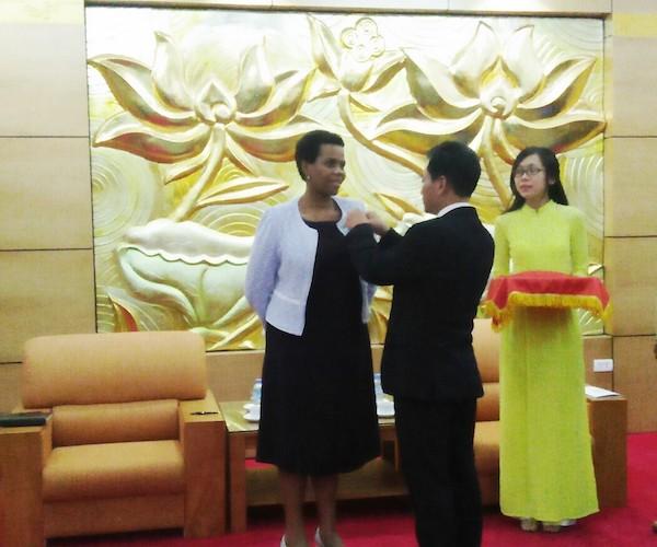 """Trao Kỷ niệm chương """"Vì hòa bình hữu nghị giữa các dân tộc"""" tặng Đại sứ Nam Phi  - ảnh 1"""