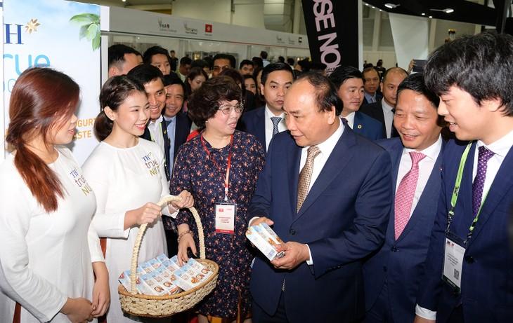 Thủ tướng Nguyễn Xuân Phúc thăm quan gian hàng Việt Nam tại Hội chợ FHA 2018 - ảnh 1