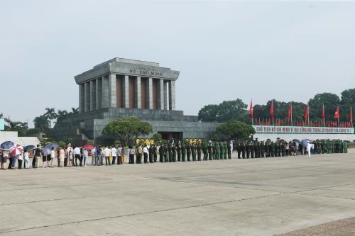 Hơn 50 nghìn lượt người vào Lăng viếng Chủ tịch Hồ Chí Minh dịp 30/4- 1/5 - ảnh 1