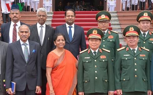 Bộ trưởng Ngô Xuân Lịch đón và hội đàm đoàn đại biểu quân sự cấp cao Bộ Quốc phòng Ấn Độ - ảnh 1
