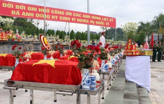 Truy điệu và an táng 25 hài cốt liệt sỹ quân tình nguyện Việt Nam hy sinh tại Lào - ảnh 1