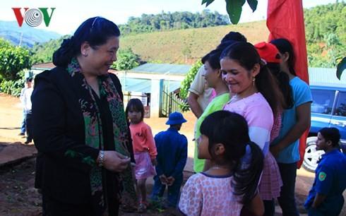 Phó Chủ tịch Thường trực Quốc hội Tòng Thị Phóng tặng quà và nhà tình nghĩa cho các gia đình  - ảnh 1
