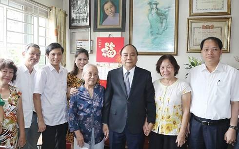 Thủ tướng Nguyễn Xuân Phúc thăm hỏi các gia đình liệt sĩ tại Hà Nội - ảnh 2