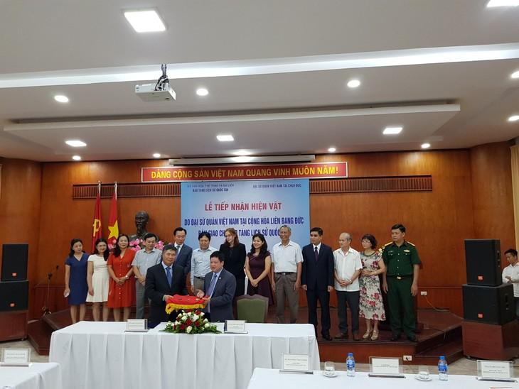 Bảo tàng Lịch sử quốc gia tiếp nhận hiện vật do Đại sứ quán Việt Nam tại CHLB Đức bàn giao - ảnh 1