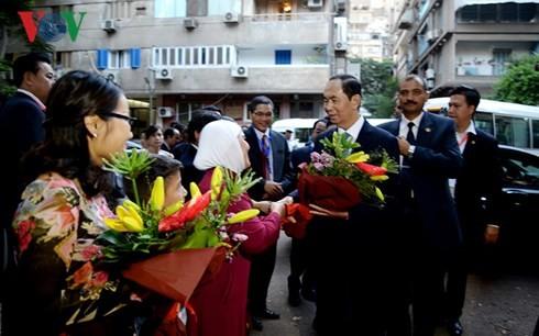 Chủ tịch nước gặp gỡ cán bộ nhân viên Đại sứ quán Việt Nam tại Ai Cập - ảnh 3