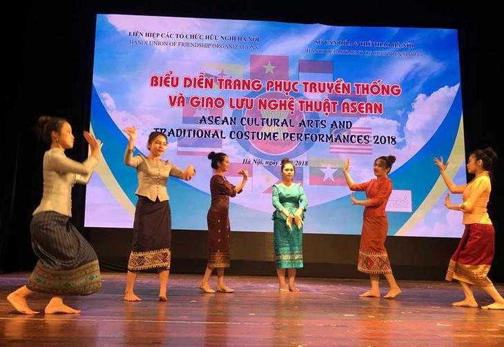 Biểu diễn trang phục truyền thống và giao lưu nghệ thuật ASEAN - ảnh 2