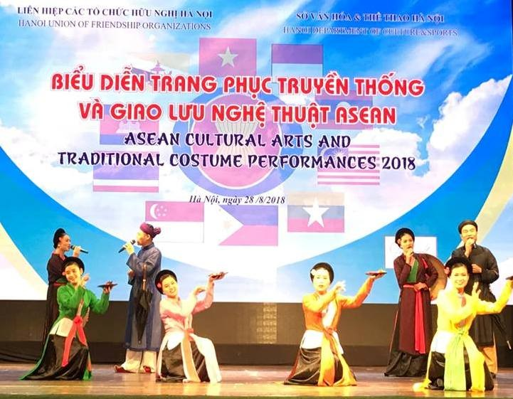 Biểu diễn trang phục truyền thống và giao lưu nghệ thuật ASEAN - ảnh 1
