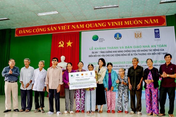 Thừa Thiên Huế tiếp nhận 107 ngôi nhà an toàn chống bão lũ cho các hộ nghèo - ảnh 2