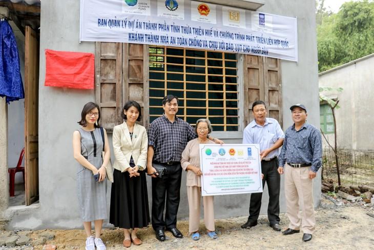 Thừa Thiên Huế tiếp nhận 107 ngôi nhà an toàn chống bão lũ cho các hộ nghèo - ảnh 4