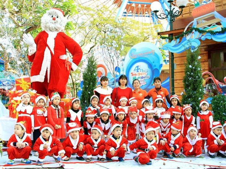 """Lễ hội """"Vui Giáng sinh - Chào năm mới 2019"""" ở Công viên Hồ Tây - ảnh 1"""
