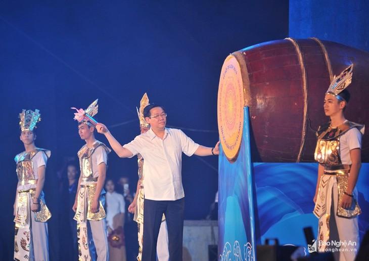 Phó Thủ tướng Vương Đình Huệ đánh trống khai mạc Lễ hội Du lịch Cửa Lò, tỉnh Nghệ An - ảnh 1