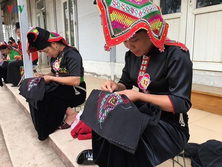 Vẻ đẹp tình yêu trong chiếc khăn Piêu của phụ nữ Thái - ảnh 2