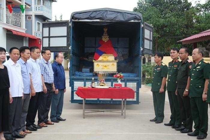 Đưa hài cốt 12 liệt sĩ quân tình nguyện Việt Nam hy sinh tại Lào về nước   - ảnh 1