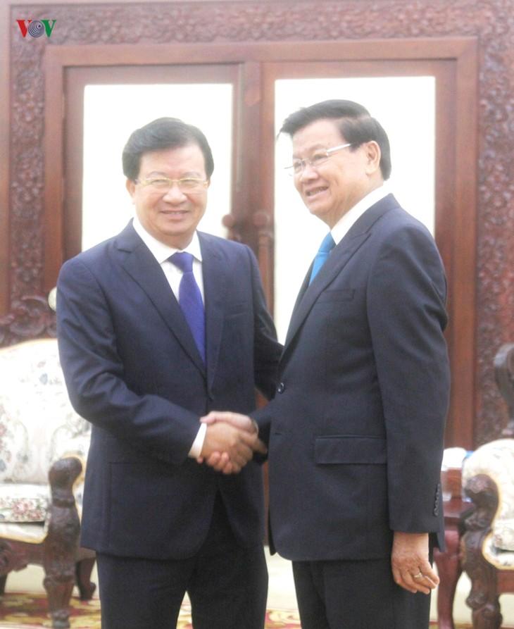 Phó Thủ tướng Trịnh Đình Dũng hội kiến Thủ tướng và Chủ tịch Quốc hội Lào - ảnh 1