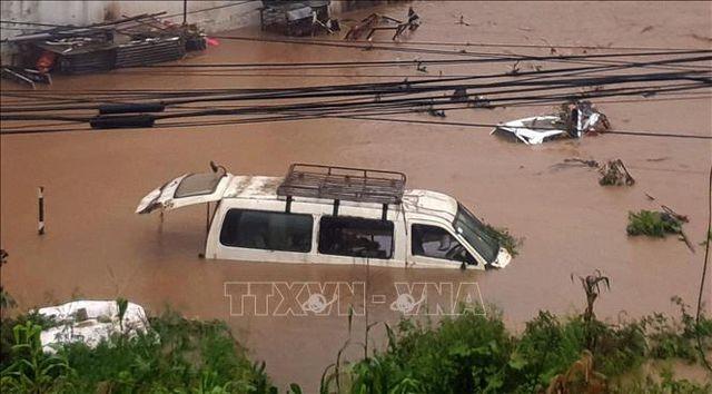 Đưa đoàn khách du lịch bị kẹt do mưa lớn và sạt lở đường về thủ đô Kathmandu - Nepal an toàn - ảnh 1