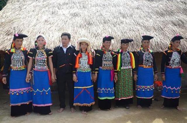 Trang phục và khăn đội đầu của phụ nữ dân tộc Si La       - ảnh 1