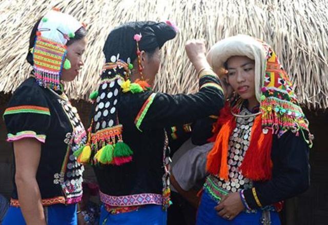 Trang phục và khăn đội đầu của phụ nữ dân tộc Si La       - ảnh 2