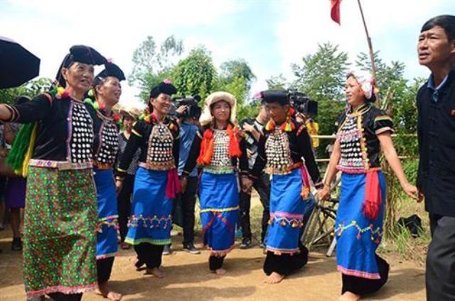 Trang phục và khăn đội đầu của phụ nữ dân tộc Si La       - ảnh 4