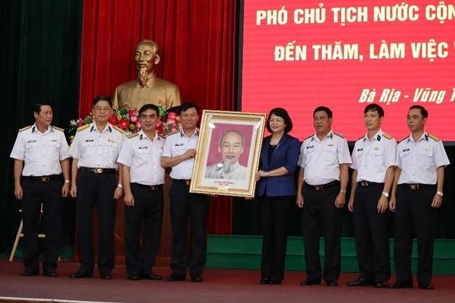 Phó Chủ tịch nước Đặng Thị Ngọc Thịnh thăm, tặng quà cán bộ, chiến sĩ Vùng 2 Hải quân - ảnh 1