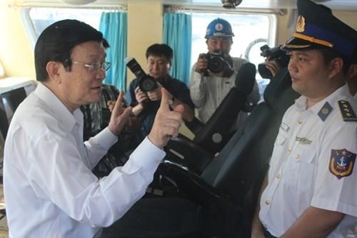Президент Вьетнама навестил рыбаков, сотрудников морской полиции и береговой охраны в городе Дананг - ảnh 1