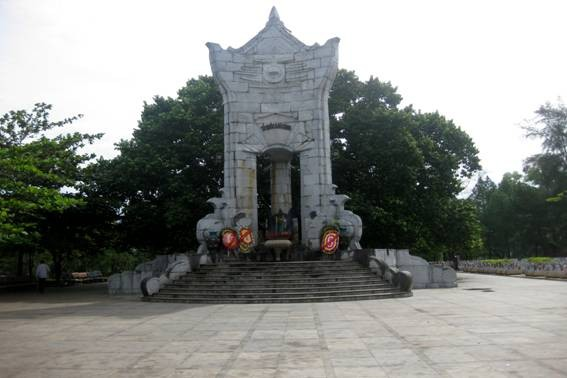 Посещение военного кладбища Чыонгшон в июльские дни - ảnh 2