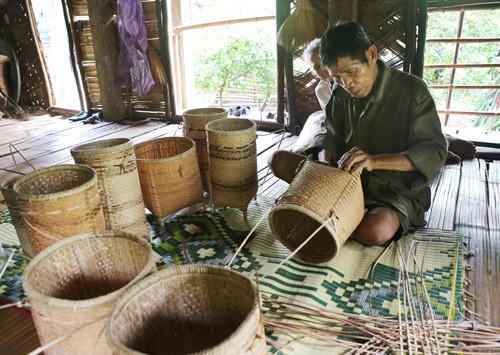 Плетение – традиционное ремесло народности Пако - ảnh 1