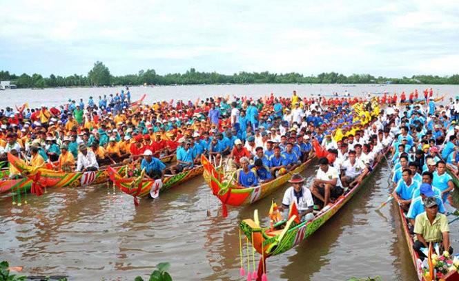 Праздник «Оок ом Бок» - гонка на лодках «Нго» представителей Кхмеров на юге Вьетнама - ảnh 1