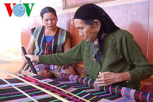 Ручное ткачество и мерило для оценки женщин народности М'нонг - ảnh 1