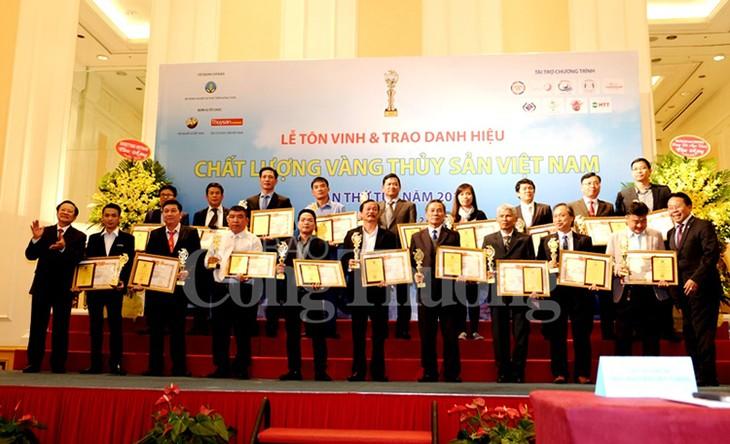 81 коллективу и частному лицу присвоено звание «Золотое качество аквапродуктов Вьетнама 2017» - ảnh 1