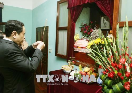 Глава ОФВ Чан Тхань Ман зажёг благовония в память о Президенте Хо Ши Мине  - ảnh 1