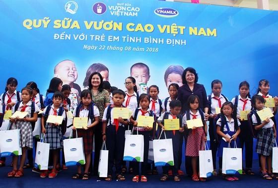 Вице-президент СРВ вручила подарки школьникам и малоимущим семьям провинции Биньдинь - ảnh 1