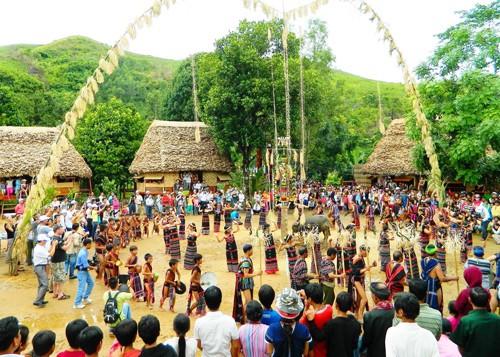 Нгуен Суан Фук утвердил проект проведения cъезда представителей нацменьшинств Вьетнама  - ảnh 1