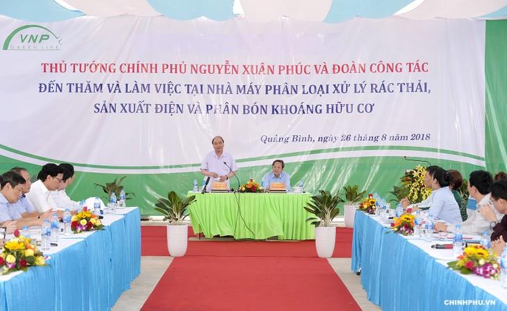 Премьер-министр Вьетнама посетил некоторые заводы в провинции Куангбинь - ảnh 1