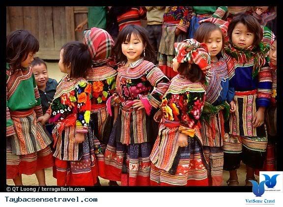 Разноцветная традиционная женская одежда нацменьшинств в провинции Шонла  - ảnh 3