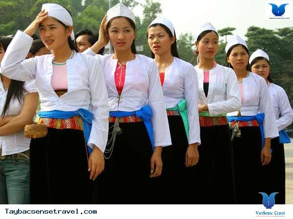Разноцветная традиционная женская одежда нацменьшинств в провинции Шонла  - ảnh 2